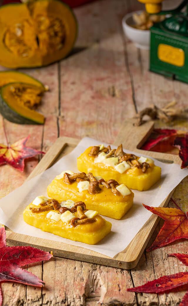 Crostoni di polenta con crema di zucca, funghi e brie