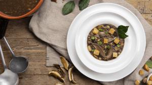Zuppa di legumi con funghi e crostini di pane
