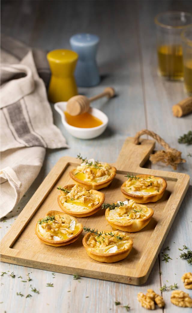 Cestini di brie al forno, con noci e miele