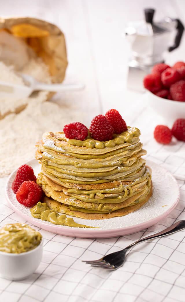 Pancake proteici con crema di pistacchio e lamponi