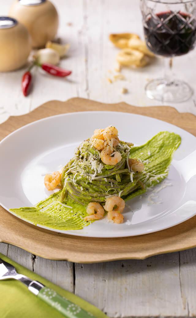 Spaghetti con crema di asparagi, gamberi e pecorino