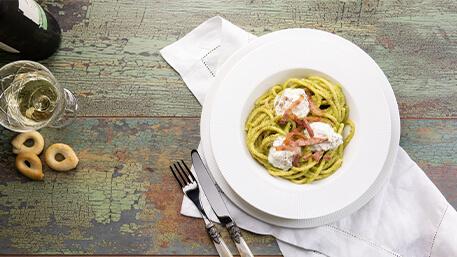 Bucatini con crema</br>di broccolo, stracciatella e pancetta