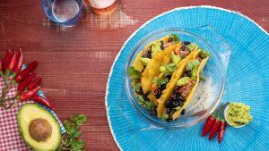 Tacos con carne piccante, fagioli neri e guacamole