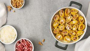 Paccheri al forno con crema di formaggio, speck e noci